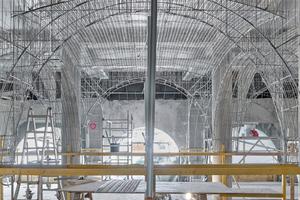 Auf die Stangen der Unterkonstruktion befestigten die Stuckateure Rippenstreckmetall als Putzträger