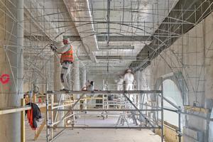 """Die Stuckateure montieren die Unterkonstruktion für die Gurtbögen und Kuppelgewölbe aus Rabitz<span class=""""bildnachweis"""">Fotos (3): Stefan Josef Müller / Museum Barberini</span>"""