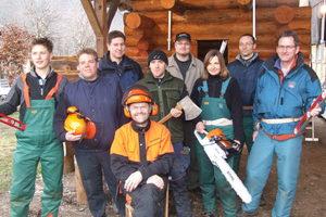 """Konrad Gallei (Bildmitte) gibt Profiseminare zum Blockhausbau, hier mit einer Kursgruppe<br /> <span class=""""bildnachweis"""">Foto: Gallei</span>"""