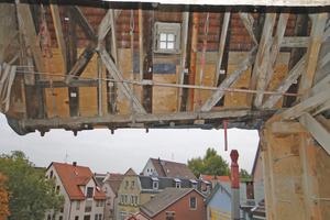 Anstelle eines Anbaus wurde ein Treppenhaus aus Beton in das Gebäude integriert