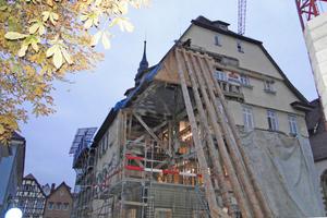 Links: Eine Gebäudeecke steht über einer Senke (Doline), war abgesunken und musste neu gegründet werden. Dazu wurde ein nachträglicher Anbau abgerissen