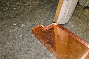 Rechts: Die Fensterbänke wurden mit einer Verblechung aus Kupfer geschützt