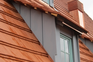 Die Fenster der schlanken Gauben wurden original aufgearbeitet. Eine zusätzliche Wärmeschutzverglasung in der Dachebene ertüchtigt sie energetisch
