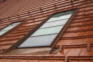 Den Knick zwischen Sparren und Aufschieblingen gleicht der Rahmen um die neuen Lamellendachfenster aus