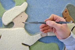 Nacharbeiten des Sgraffitos mit feinem Werkzeug im Detail