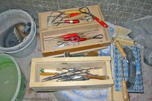 Kästen mit dem für die Sgraffitotechnik erforderlichen feinen Werkzeug