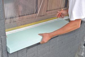 Einbau des Fensterbankdämmkeils mit 5° Gefälle