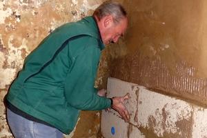 Verkleben der kleinformatigen Platten an der Wand Buntes Haus Osterwieck