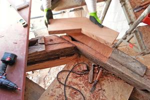 Zimmermannsmäßige Reparatur: passgenaue Aufbohlung der Schwelle am Erker