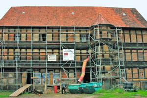"""Die Nordfassade des """"Bunten Hofs"""" in Osterwieck zur Beginn der Sanierungsarbeiten (links) und nach Abschluss der Sanierung Ende 2016"""