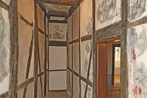 """Rechts: Im bauzeitlichen Korridor sind auf der Westseite in vielen Gefachflächen noch die Malereien der Renaissance zu erkennen<span class=""""bildnachweis"""">Fotos (2): Roland Rossner / Deutsche Stiftung Denkmalschutz</span>"""