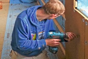 Montage von Lehmbauplatten als Putzträger über der Innendämmung