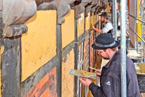 """Hier werden die Gefache auf der Nordseite im ersten Obergeschoss mit Lehm verputzt<span class=""""bildnachweis"""">Fotos: Deutsches Fachwerkzentrum e.V.</span>"""