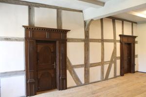Raum mit freigegelgtem Fachwerk einer Innenwand nach Abschluss der Restaurierungsrabeiten