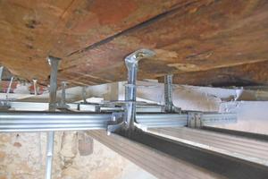 Noniusabhänger für die Lamellendecke und Unterkonstruktion für die eigentliche Brandschutzdecke