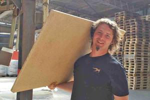 """Conluto-Mitarbeiter Torben Kandale, technischer Berater, mit einer der Lehmbauplatten auf der Schulter<span class=""""bildnachweis"""">Text + Fotos: Stephan Thomas</span>"""