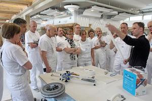 Knauf Trainer Michael Schmidt (rechts) zeigte den Lehrern und Ausbildern jede Menge Kniffe zu Werkzeugen und Detaillösungen