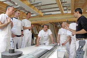 """Praxisaufgabe: Knauf Trainer Peter Müller (rechts) bespricht mit den Teilnehmern, worauf es beim Stellen einer Trennwand ankommt <span class=""""bildnachweis"""">Fotos: Knauf</span>"""