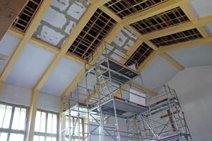 """An der Decke wurden insgesamt etwa 150m2 der Innen-Dämmplatte """"KlimaTec IP 3500+"""" verbaut"""