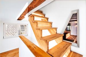 Auf jeder Etage gibt es Einsichten in die riesige angrenzende Scheune, in der alle Zwischenböden entfernt wurden und die jetzt quasi als Kunstwerk aus Holz dasteht.