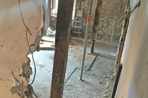 """Ein schwerer Betonestrich hatte die Decken um bis zu 45cm nach unten gezogen. Die Balken wurden mit 30t und aufgesetzten Stahlpfosten nach oben in ihre Ursprungslage gedrückt<span class=""""bildnachweis"""">Foto: Familie Reinhart</span>"""