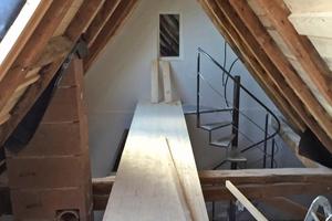 Rechts: Sanierungsarbeiten unterm Dach: Konstruktion des Zugangs zur Galerie