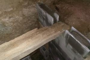 Die Auflagestellen von zwei Eichenbalken in der Kellerdecke waren morsch. Daher wurde im Keller als Auflage für die Balken eine neue Wand aus Hohlraumsteinen mit Beton eingezogen