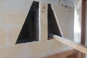 Dämmung einer Außenwand, die zur nicht in die Sanierung einbezogenen Scheune führt, mit TecTem Historic.