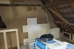 Innendämmung der Außenwände mit TecTem<sup>®</sup> Historic: Auf den sehr unebenen Untergrund konnte dann als Ausgleichputz TecTem Grundputz Lehm aufgebracht werden, mit bis zu 10 cm Unterschied in der Auftragsstärke.