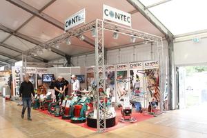 Schleif- und Glättmaschinen auf dem Stand der Firma contec