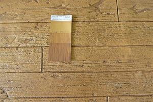 """Fertige Putzfläche mit farbigem Lasurauftrag in Brettstruktur<span class=""""bildnachweis"""">Fotos: Baumit</span>"""