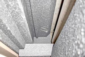 Blick in den Rollladenkasten vor dem Einsetzen der revisionierbaren Verschlussdeckeldämmung