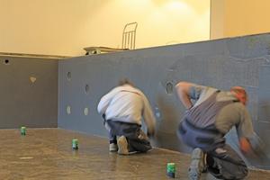"""Im Schwimmbecken trugen die Handwerker die hoch belastbare Kunstharzverbundabdichtung """"codex Epo 2000"""" auf"""