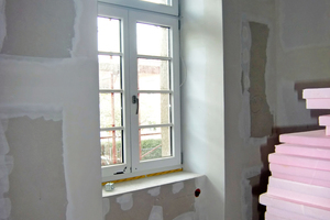 """Hinter den Vorsatzschalen befindet sich eine 8 bis 14cm dicke Innendämmung<span class=""""bildnachweis"""">Fotos (2): Herzog Baugesellschaft</span>"""