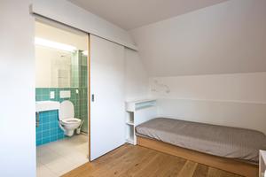 """Rechts: In den Badezimmern kam die feuchtigkeitsresistente Spezialplatte """"LaHydro"""" zum Einsatz"""