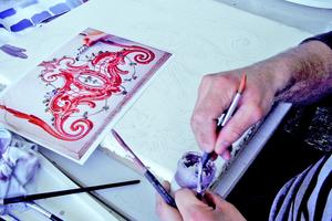 Berhard Steiler, Schüler der Städtischen Meisterschule für das Vergolderhandwerk, mischt Farbtöne für die Kalkkaseinmalerei