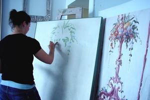 Carolin Sommer, Schülerin der Städtischen Meisterschule für das Vergolderhandwerk bei der Rekonstruktion einer Kalkkaseinmalerei durch das Setzten der ersten Farbtöne