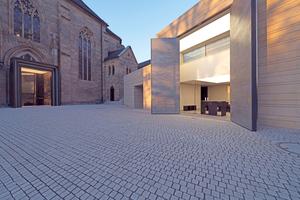 """<span class=""""bildnachweis""""><strong>Die bestehende Kirche aus Sandstein ist mit dem Erweiterungsbau verbunden</strong><strong> </strong>Fotos (2): André Mühling</span>"""