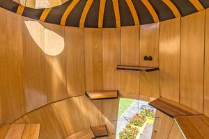 """Links: Und so sieht es in dem mit viel Holz umgebauten Futtersilo von Jan Körbes aus<span class=""""bildnachweis"""">Fotos: Ishka Michocka</span>"""