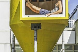 Oben: Architekt Jan Körbes sitzt im Panoramafenster seines zum Tee- und Meditationsraum umgebauten Futtersilos, das zurzeit auf dem Gelände des Bauhaus-Archivs in Berlin zu sehen ist
