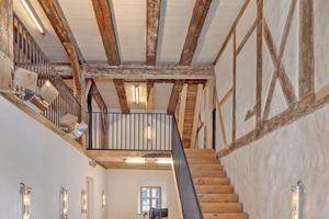Neue Treppe aus Keilstufen an historischer Stelle mit Flachstahlgeländer