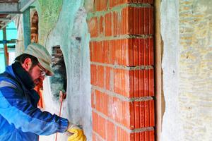 Rechts: Im Ostgiebel mauerten die Handwerker die im 19. Jahrhundert hinzugekommenen Öffnungen wieder zu