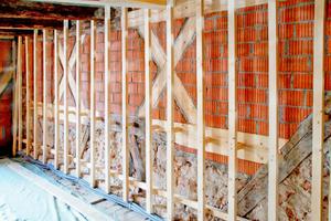 Vor die Außenwand gestelltes Holzständerwerk für die Vorsatzschale