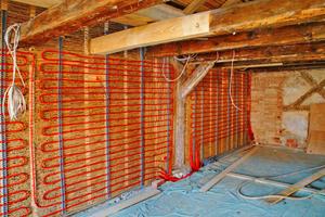 Leitungen auf Leichtlehmdämmung für die Wandflächenheizung
