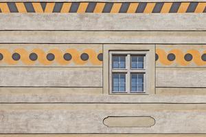 """Besonders markant ist am Gebäude der laufende Hund, den Architekt Michael Kühnlein als Gestaltungselement unter bröckelnden Zementputzschichten entdeckte<span class=""""bildnachweis"""">Fotos (2): Erich Spahn</span>"""