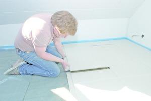 Vor dem Verlegen von Estrichelementen auf Fußbodenheizungen sollte man eine Schicht Trennfolie oder Kraftpapier verlegen