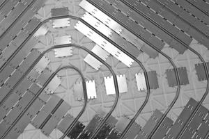 Rechts: Rohrleitungen einer eingebauten Fußbodenheizung