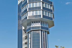 """Die Fassade aus Photovoltaikelementen des """"Hotels aquaTurm"""" <br />trägt wesentlich dazu bei, dass es sich beim umgebauten Wasserturm<br /> in Radolfzell heute um das erste Nullenergiehochhaus der Welt handelt<span class=""""bildnachweis"""">Foto: Schöck Bauteile</span>"""