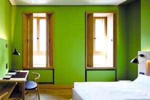 Grün gestrichenes Hotelzimmer