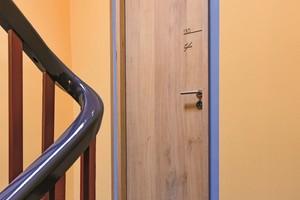 Die breite Fuge zwischen Türrahmen und Wandfläche ist in der Farbe des dahinterliegenden Zimmers gestrichen
